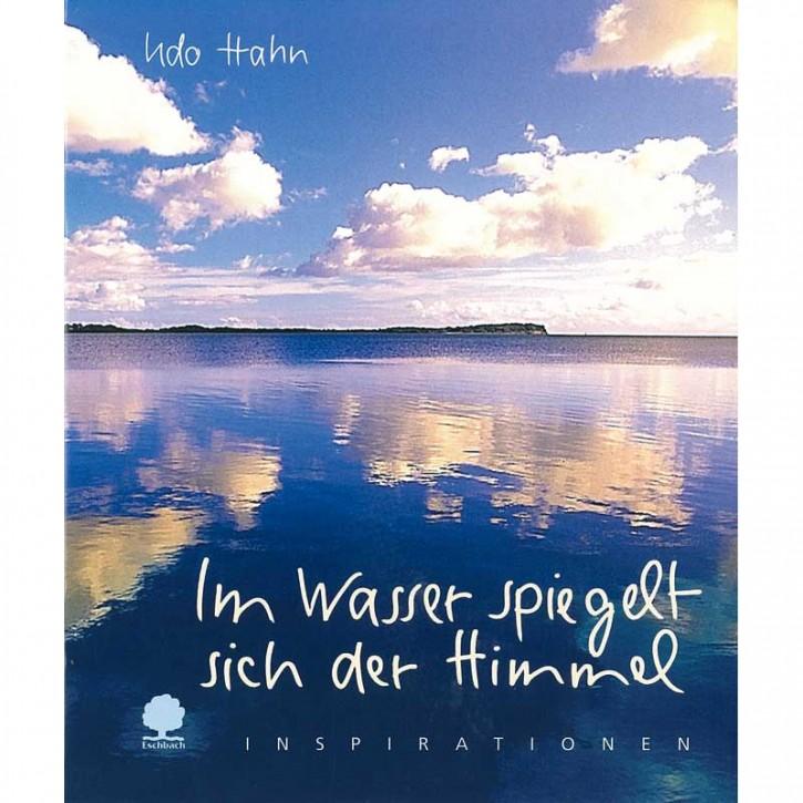 Im Wasser spiegelt sich der Himmel